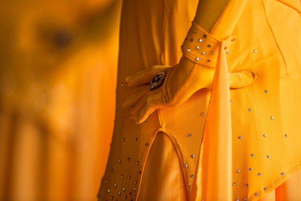 Nahaufnahme einer ganz in Gelb gekleideten Tänzerin