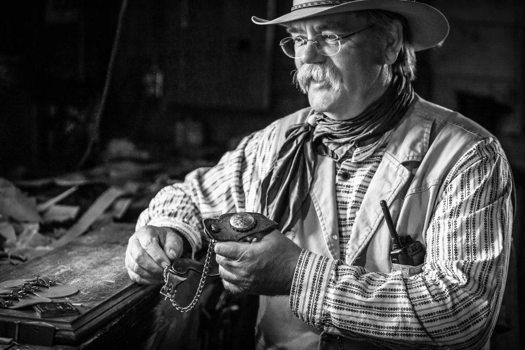 Der Sattelmacher auf einer historischen Ranch, Alberta, Canada